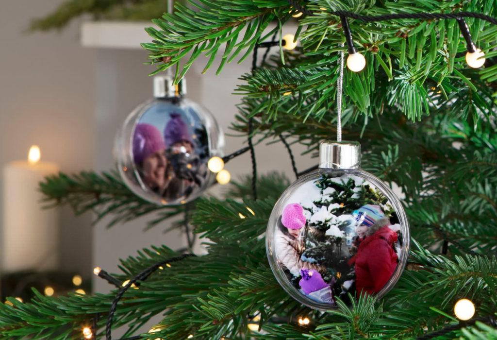 Boules de Noël Photobox accrochées dans le sapin
