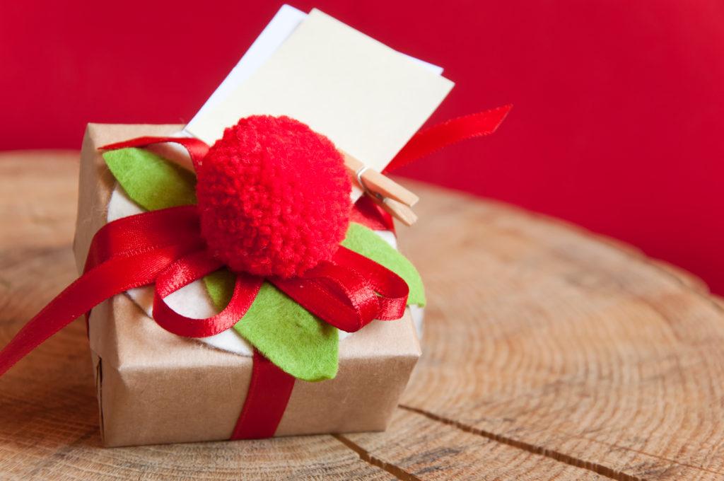 Emballage cadeau avec un pompon