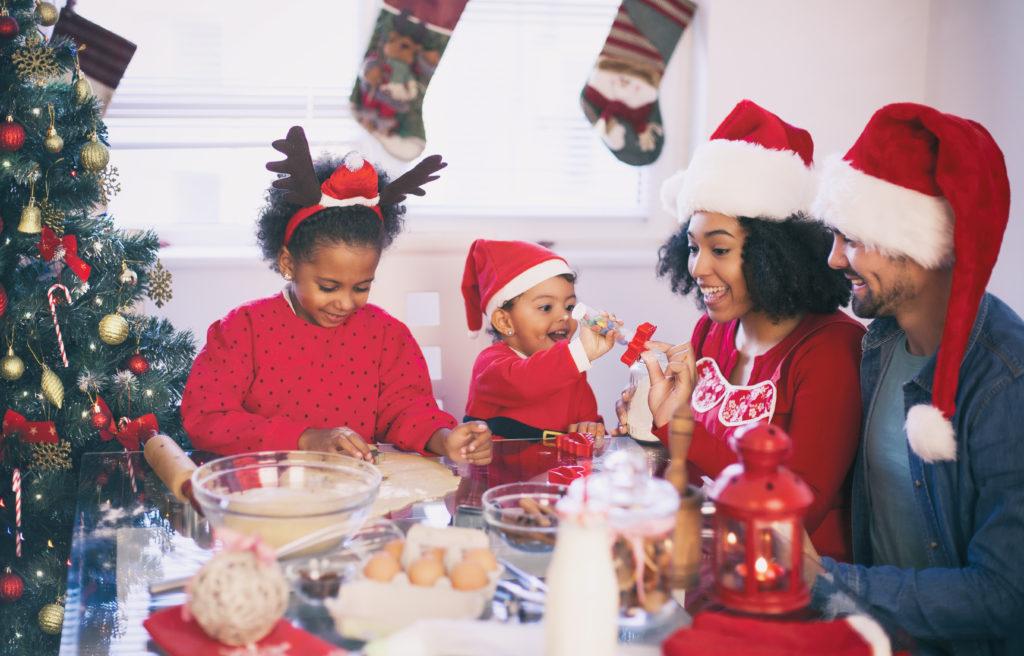 Famille cuisinant le matin de Noël