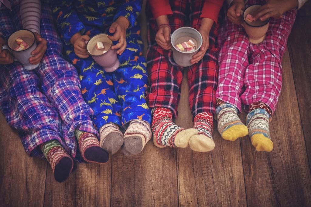 Enfants buvant un chocolat chaud