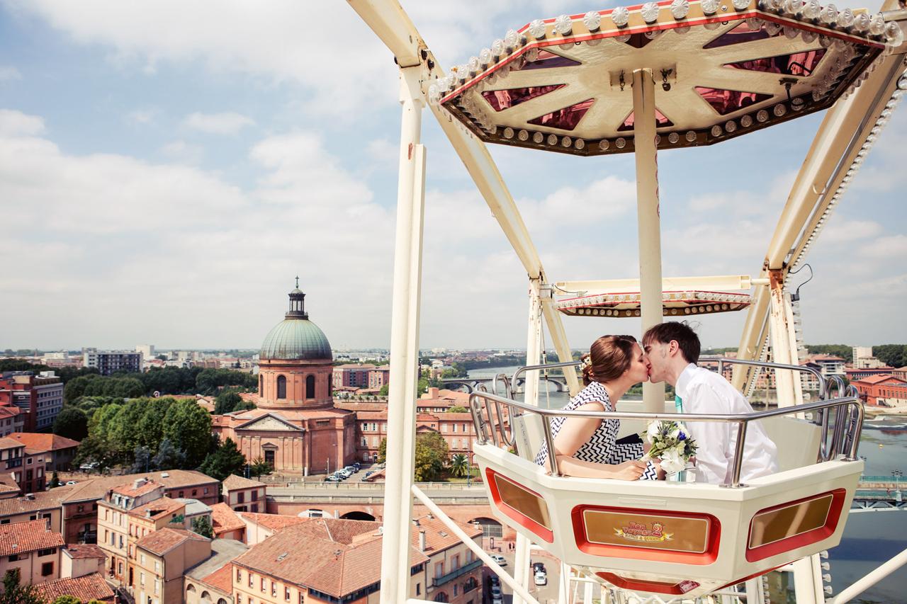 Grande roue dans une fête foraine : un lieu insolite pour prendre vos photos de mariage
